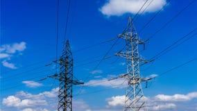 Linje för kabel för två elektricitetspyloner Royaltyfri Foto