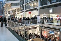 Linje i Apple Store Arkivbild