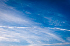 Linje moln på himmel Arkivfoton