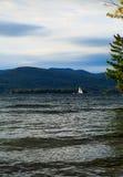 Linje och strand för sjöGeorge NY kust med åtskilliga fartyg in after Royaltyfri Foto