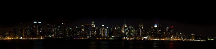 linje sky york för manhattan ny nattpanorama Arkivfoton