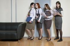 linje standing för affärskvinna fyra Royaltyfria Foton
