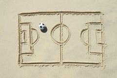 Linje teckning för fotbollfotbollgrad i sand royaltyfri foto