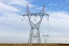 Linje torn för spänning för elektricitetsbransch hög royaltyfri foto