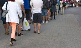 linje vänta för folk Arkivfoto