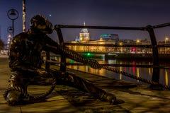 Linjedomarestatyn på den Liffey floden i Dublin på natten, Irland på Januari 20th 2017 arkivfoton