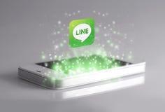 Linjen är den berömda applikationen för ögonblicklig messaging för smartphones Royaltyfria Bilder
