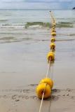 Linjen av ankaret håller flytande i den Patong stranden, Phuket, Thailand Royaltyfria Foton
