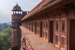 Linjen av sängkammare för kvinnlig ledsar till Mughal på Agra för royaltyfri fotografi
