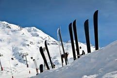 Linjen av skidar i snön Royaltyfri Fotografi