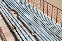 Linjer av brutna blåa bänkar fotografering för bildbyråer