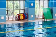 Linjer av den tomma simbassängen Arkivbild