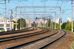 Linjer av järnvägen till och med stad Arkivbilder
