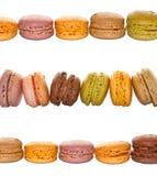 Linjer av kulöra franska macarons för pastell Arkivbild