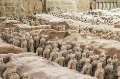 Linjer av terrakottakrigare från baken, Xian, Kina Arkivbilder