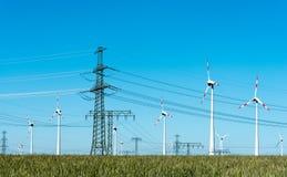 Linjer för överföring för vindenergi och makti Tyskland Royaltyfri Fotografi