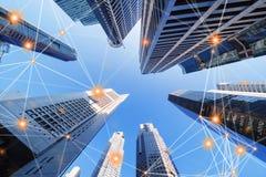 Linjer för anslutning för Digitalt nätverk av arkitekturer, skyskrapabyggnader i den Singapore staden med blå himmel royaltyfri fotografi