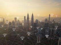 Linjer för anslutning för Digitalt nätverk och wifisymboler med Kuala Lumpur Downtown, Malaysia Finansiellt område i smart stad i fotografering för bildbyråer