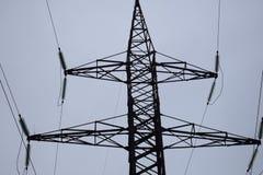 Linjer för lufthög-spänning överföring av elektrisk energi Över huvudet linjer lägger elektricitet ovanför jordning till och med  royaltyfri foto