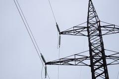 Linjer för lufthög-spänning överföring av elektrisk energi Över huvudet linjer lägger elektricitet ovanför jordning till och med  arkivbild