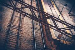 linjer lone lång rörelsenattriktning för den tydliga horisontalbilden för svart blur sköt konvergerande ledande någon station in  fotografering för bildbyråer
