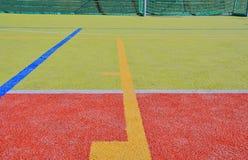 Linjer och mål med netto på spelplan kopiera avstånd Sporttextur och bakgrund Royaltyfri Fotografi
