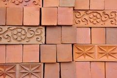 Linjer och modeller från staplade tegelstenar för röd lera royaltyfria foton