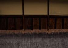 Linjer och nivåer som gör en abstrakt bild av en vägg av ett japanskt hus Royaltyfri Fotografi