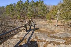 Linjer och skuggor på en avlägsen klippa Royaltyfri Bild
