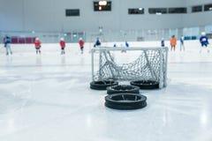 Linjer och trainin förtjänar på iscirkeln Arkivfoto
