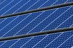 linjer sol- paneler Arkivfoto