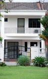 Link-Haus im Weiß Stockfotografie
