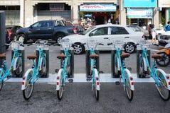 Linkbike, автоматическая rentable стойка велосипеда на дороге в старом городке Стоковая Фотография