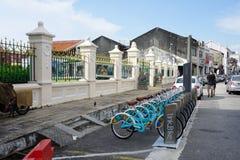 Linkbike, автоматическая rentable стойка велосипеда на дороге в старом городке Стоковое Фото