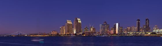 Linke Ansicht-Skyline von im Stadtzentrum gelegenem San Diego stockfotografie
