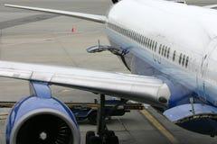 Linke Flügel eines Handelsflugzeuges Lizenzfreies Stockfoto
