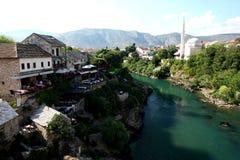 Linke Seite des Mostar-Flusses Stockfotos