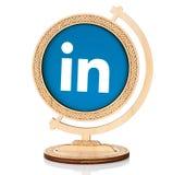 LinkedIn cirkelsymbol som förläggas in i träjordklotet Royaltyfri Foto