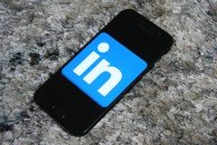 LinkedIn-embleem app op Samsung-het telefoonscherm stock afbeelding