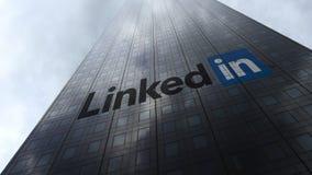LinkedIn logo på reflekterande moln för en skyskrapafasad Redaktörs- tolkning 3D Royaltyfri Bild