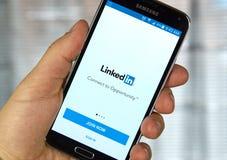 Linkedin mobiele toepassing op een celtelefoon stock afbeeldingen