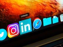 Linkedin zastosowanie w doku na ekranie macbook, zbli?enie obraz royalty free