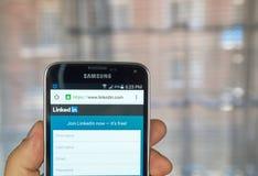 Linkedintoepassing op androïde smartphone Stock Foto