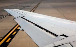 Linker Flügel des Flugzeugflugzeuges auf Flughafenboden unterzeichnet Lizenzfreies Stockbild