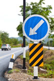 Linker Pfeil, warnendes Verkehrszeichen stockfotografie
