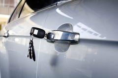 Linker Schlüssel auf der Autotür Stockfoto