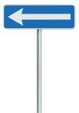 Linker Wegweiser-Drehungszeiger des Verkehrsweges nur, Blau lokalisierte Straßenrand Signage, weiße Pfeilikone und Rahmen roadsig stockbild