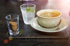 Linker Zucker der Kaffeetasse und Getränkwasser lizenzfreies stockbild