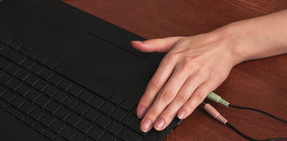 Linkerhand, die op het computertoetsenbord liggen Royalty-vrije Stock Foto