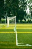 Linkerkantmening van standaarddoel en netto op voetbalhoogte of voetbalgebied, sportmateriaal in het stadion Royalty-vrije Stock Afbeeldingen